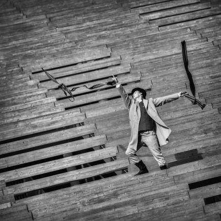 Tallinā skatāma latviešu vīriešu tautastērpam veltīta fotogrāfiju izstāde